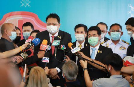 รมว.สุชาติ ตรวจเยี่ยมศูนย์ฉีดวัคซีนผู้ประกันตน ม.33 ที่ บ.โรงงานฟุตบอลไทย
